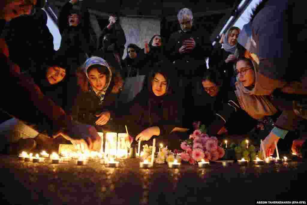 Іранці запалюють свічки для всіх 176 жертв рейсу PS752 під час акцій протесту перед університетом імені Аміра Кабіра у Тегерані, 11 січня 2020 року. На борту пасажирського літака перебували 82 іранці, 57 канадців, 11 українців, 10 шведів, 10 афганців, троє німців татроє британців.