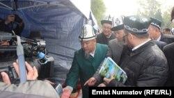 Кыргызстан жана Өзбекстандын өкмөт өкүлдөрүнүн достук жолугушуусу. 26-март, 2016-жыл. Ош.