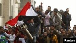 Демонстранты на танке в Каире