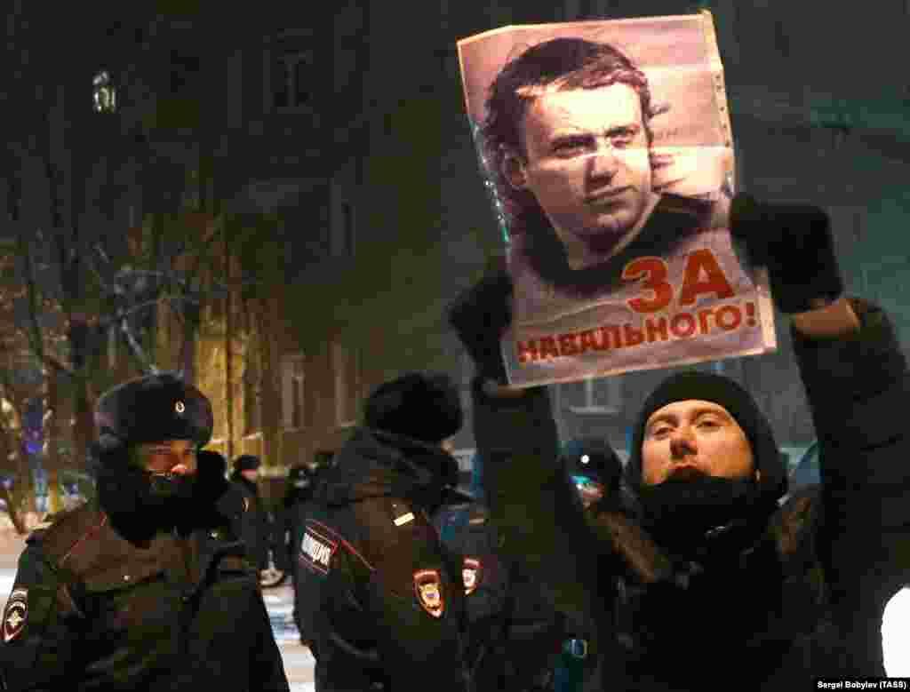 """""""Navalnijért!"""" - hirdeti az a plakát, amelyen az orosz ellenzéki aktvista arcképe látható. A tüntetők azelőtt az épület előtt gyűltek össze, ahol Navalnijt fogva tartják."""
