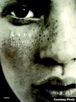 Dünýä belli model Kate Mossyň kitabyndan bir bölek