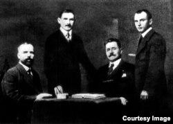 Ion Codreanu (stânga pe scaun) în cadrul delegației basarabene la Conferința de la Paris (1919) (Foto: Centrul de Cultură și Istorie Militară, Chișinău)