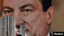 Демонстрант в Египте срывает портрет Хосни Мубарака