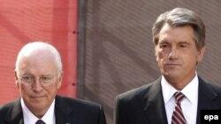ديک چنی، معاون رييس جمهور آمريکا، و ويکتور يوشچنکو، رييس جمهور اوکراين . (عکس از: EPA )