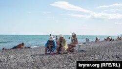 Пляж в поселке Рыбачье в Крыму, июль 2017 года