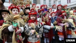 Діти під час урочистостей з нагоди винесення та встановлення Різдвяного Дідуха. Львів, 2018 рік