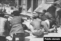 Бойцы-республиканцы отражают наступление франкистов в одном из предместий Мадрида. 1936 год