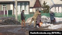 Жителі Катеринівки вітаються із українським військовим