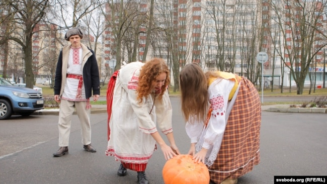 5 грудня 2019 року до посольства Росії у Мінську викотили гарбуза