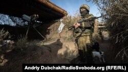 Український військовий на передовій поблизу села Богданівка