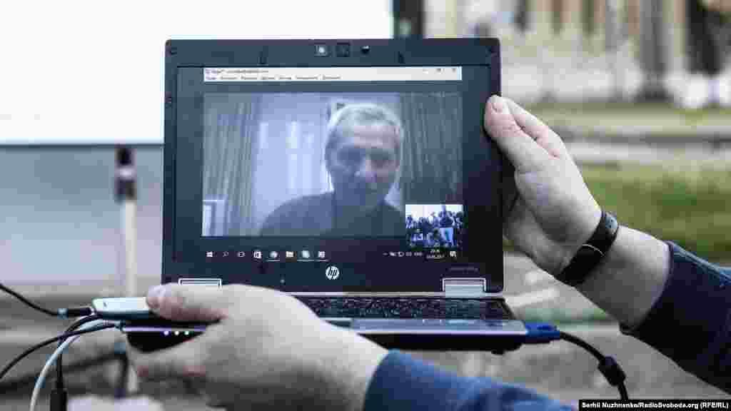 Bu, Kyivdeki Rusiye elçiliginiñ ögünde endi 11-nci tedbirdir. Bu sefer teşkil eticiler «Ervinsiz bir yıl» adlı vesiqalı filmni kösterdi, ve onlayn şekilde alıp qaçılğannıñ babası Umer İbragimovnen laqırdı ettiler