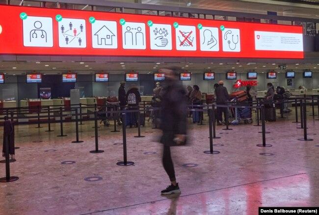 Стойки регистрации в почти пустом аэропорту Женевы. Конец декабря 2020 года, незадолго до западного Рождества