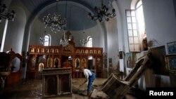 Čišćenje crkve posle poplava koje su zadesile Tekiju, 17. septembar