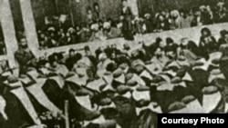 صحنه بست نشست زنان برای درخواست تأسیس عدالتخانه