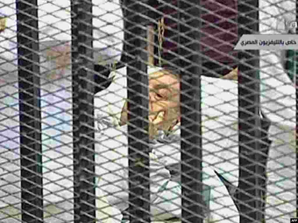 U sudnicu je bivši egipatski predsjednik Hosni Mubarak dovezen na bolničkom krevetu, optužen je za korupciju i za izdavanje zapovjedi da se puca po prosvjednicima na Tahrir trgu, gdje je ubijeno oko 850 demonstranata, 03.08.2011.