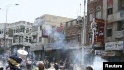 Йемендин түштүгүндөгү Таиз шаарында аскерлер антиөкмөтчүл демонстранттарды таратуу үчүн албарга көздөн жаш агызчу газ атты. 19-сентябрь 2011