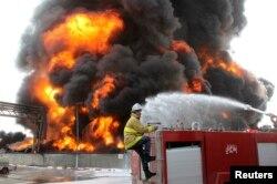آتشنشانهای فلسطینی در تلاش برای خاموش کردن آتش نیروگاه برق