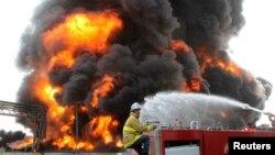 Zjarrfikësi palestinez në përpjekje për ndaljen e flakës në centarlin e rrymës në Rripin e Gazës