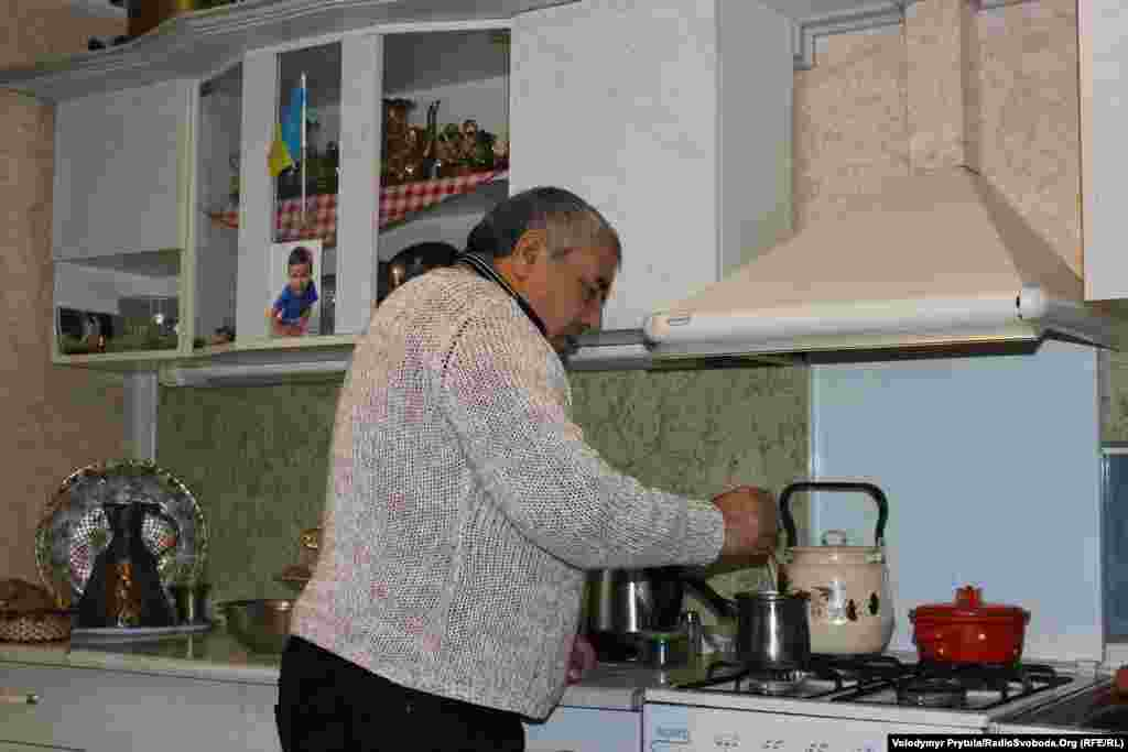 Закір'я-ефенді готує гостям традиційну каву