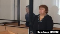 Алмас Әбдіраев (сол жақта) сотта тұр. Ақтөбе, 2 қыркүйек 2016 жыл.