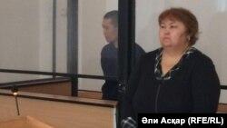 Житель города Хромтау Алмас Абдраев (слева) на скамье подсудимых. Актобе, 2 сентября 2016 года.
