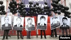 Қырғызстандағы оппозиция өкілдері 2002 жылы Ақсы оқиғасында полиция қолынан қаза тапқан құрбандардың суретін ұстап, наразылық шарасын өткізіп тұр. Қырғызстан, 17 наурыз 2010 жыл.