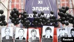 Оппозиционеры с портретами людей, погибших в Аксыйских событиях. Бишкек, 17 марта 2010 года.