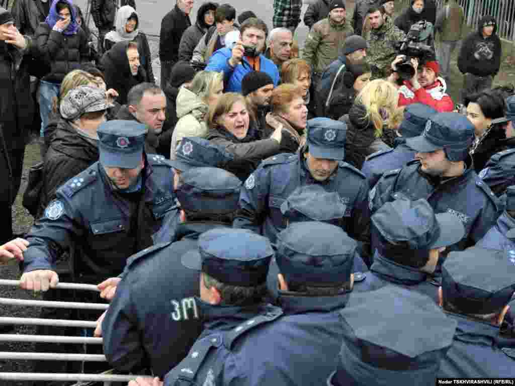პოლიცია დევნილებს სტუდქალაქის ტერიტორიაზე აღარ უშვებს - თბილისში დევნილთა გამოსახლების პროცესი განახლდა. ყველაზე დაძაბული სიტუაცია შეიქმნა ბაგების სტუდქალაქში, რომელიც პოლიციელთა ალყაში მოექცა. წინააღმდეგობის გაწევის ბრალდებით სამართალდამცავებმა დააკავეს 10-მდე დევნილი, მათ შორის 4 ქალი.