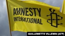 Amnesty International эл аралык уюмунун эн белгиси тартылган желек