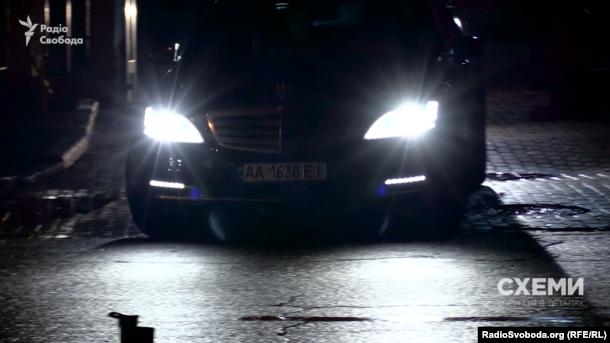 """""""Мерседес"""" Арсена Авакова виїжджає з території Міністерства внутрішніх справ 7 листопада 2016 року"""