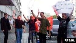"""Акция """"Левого фронта"""" у проходной центрального здания """"Российских железных дорог"""""""