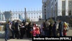 """Жер телімдерінің """"мемлекет қажетіне"""" алынуына наразы тұрғындар бас прокуратура алдында тұр. Астана, 15 сәуір 2014 жыл."""