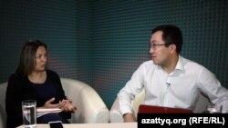 Ведущая программы AzattyqLIVE Маржан Ельшибаева и политолог Нигмет Ибадильдин, ассистант-профессор и преподаватель КИМЭП.