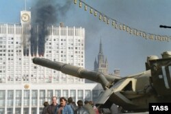Танк на фоне горящего Белого дома. Москва, 4 октября 1993 года.