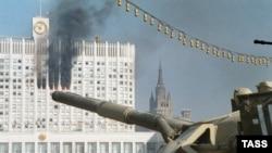 Парламент имаратын мээлеп турган танк. Москва, 4-октябрь, 2013.