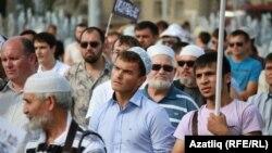 Полицияның жаппай тұтқындауына наразылық танытып тұрған татар мұсылмандар. Қазан, 5 тамыз 2012 жыл