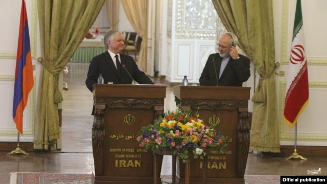 Iran - Foreign Minister Mohammad Javad Zarif (R) and his visiting Armenian counterpart Edward Nalbandian at a joint news conference in Tehran, 5May2014.