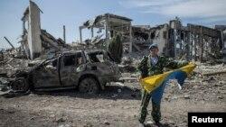 Një separatist pro-rus duke grisur flamurin ukrainas, foto nga arkivi