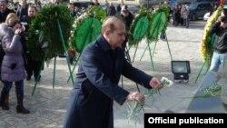 Премьер-министр Овик Абрамян отдает дань уважения памяти жертв землетрясения 1988 года, Гюмри, 7 декабря 2015 г․