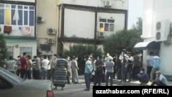 Часть очереди в Турецкий банк со двора на проспекте Махтумкули (бывшее название ул. Свободы), Ашхабад, 17 июля, 2020.