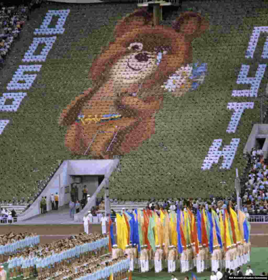 Гігантське зображення олімпійського ведмедика, складене з «людей-пікселів», проливає сльозу під час церемонії закриття московської Олімпіади.  Через чотири роки після московських олімпійських Ігор, які постраждали від бойкоту, Радянський Союз і низка інших комуністичних країн бойкотували літні Олімпійські ігри 1984 року, які проходили в Лос-Анджелесі