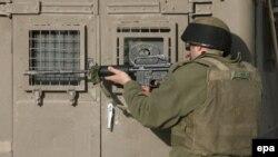 روز یکشنبه اعلام شد که در تبادل آتش میان اسراییل و شبه نظامیان فلسطینی یک شبه نظامی کشته شد.