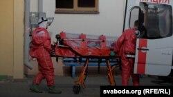 Медики транспортируют пациента, Беларусь, 1 мая 2020 года