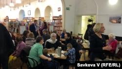 Учасники презентації у книгарні «Академія» у Празі