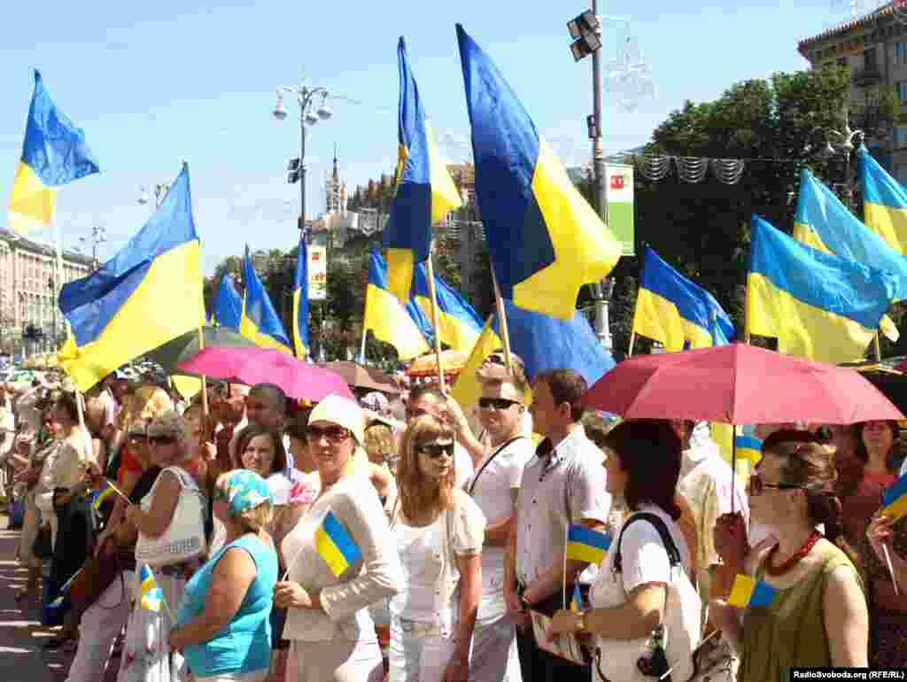 Цього року прапор у Києві підняли 23 серпня. Декілька сотень небайдужих, незважаючи на спеку, прийшли побачити 20-те підняття національного прапора над українською столицею.