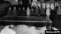 Oficiali chinezi stau de priveghi lângă trupul neînsuflețit al lui Mao, 13 septembrie 1976.