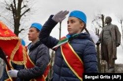 Беларускія піянэры каля помніка Леніну ў Менску