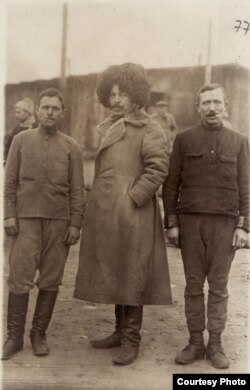 Cazaci prizonieri în Germania (Sursa: Expoziția Marele Război, 1914-1918, Muzeul Național de Istorie a României, http://www.marelerazboi.ro/razboi-catalog-obiecte/item/fotografie-cazaci-din-armata-rusa-prizonieri-in-lagarul-de-la-danholm-strals)