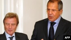 France's Bernard Kouchner (left) with Russian Foreign Minister Sergei Lavrov in Moscow on October 1