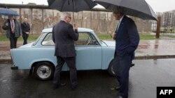 Франк-Вальтер Штайнмайер и Джон Керри у Берлинской стены, 22 октября 2014 года.